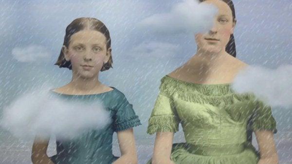 Zwei Schwestern, die im Regen stehen