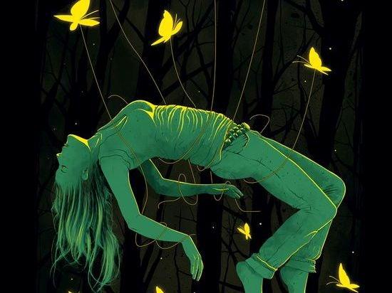 Frau ist an Seilen aufgehängt, die von Schmetterlingen getragen werden