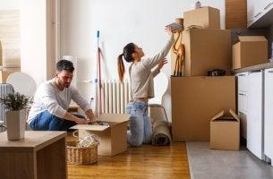 Hausarbeit als Therapie? - Frau beim Aufräumen mit Umzugkartons