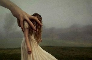 Große Hand greift nach einer Frau und lenkt sie