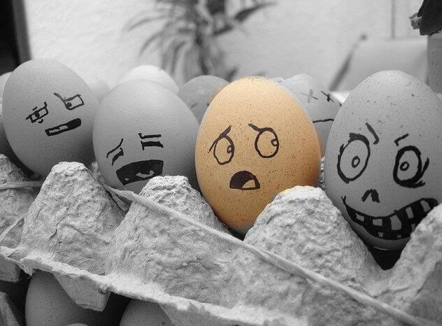 Eier mit fiesen Gesichtern