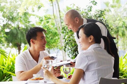 Mann bezahlt Rechnung im Restaurant