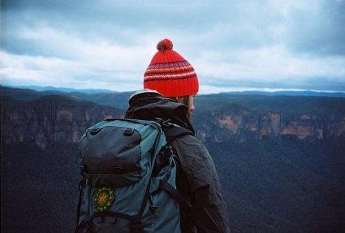 Backpacker vor weiter Landschaft