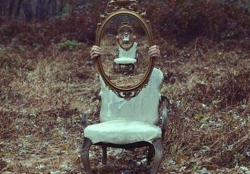 Zwei Stühle, auf denen Spiegel gehalten werden