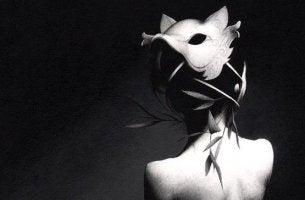 Verbitterte Menschen verstecken sich unter einer Maske