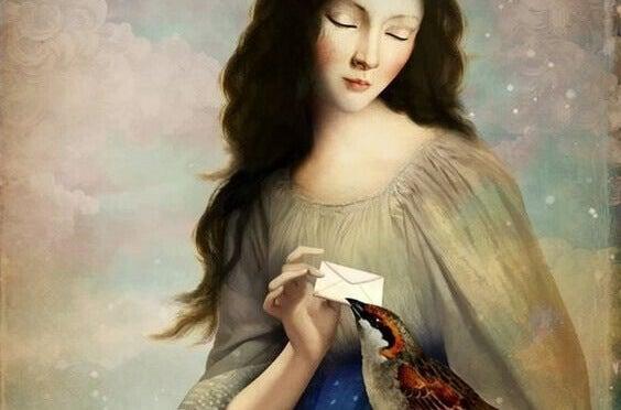 Frau gibt einem Vogel einen Brief