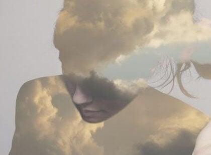 Frau aus Wolken