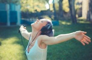 Lieder, die die Laune heben - mit Musik glückliche Frau
