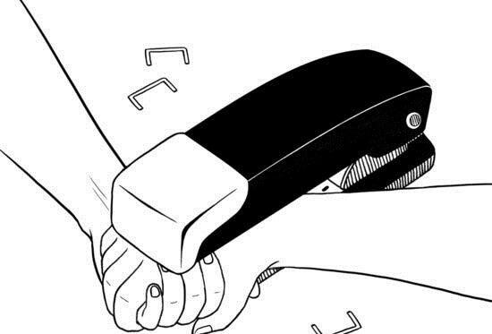 Hände zusammengetackert