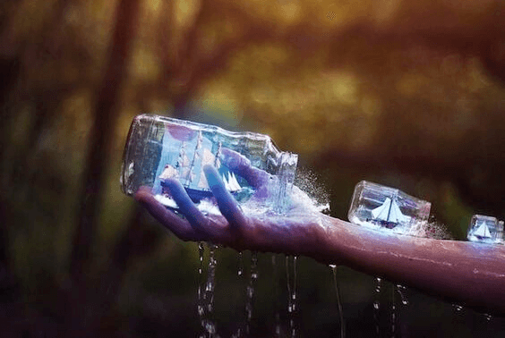 Modellschiffe in Gläsern auf dem Arm