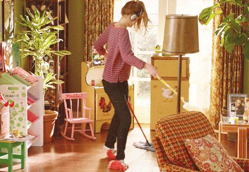 Hausputz in Pantoffeln mit Musik