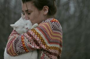 Können Haustiere Menschen retten? - Frau findet Trost bei ihrer Katze