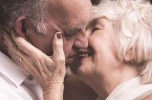 Was verraten Küsse? - Sich küssendes älteres Paar