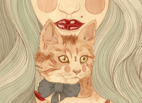 Katze mit Narben vor dem Hals einer Frau