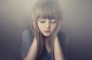 Mädchen hat die Augen geschlossen und genießt die Stille