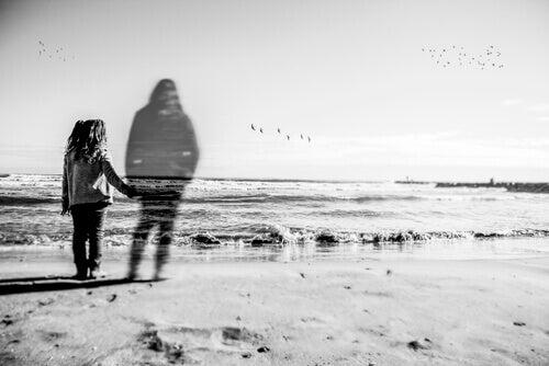 Mädchen mit einer Mutter, die transparent erscheint