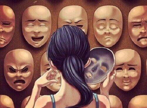Frau steht vor vielen Masken