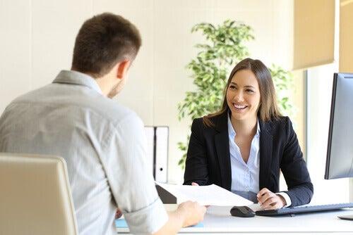 Mitarbeiter und Chef im Gespräch