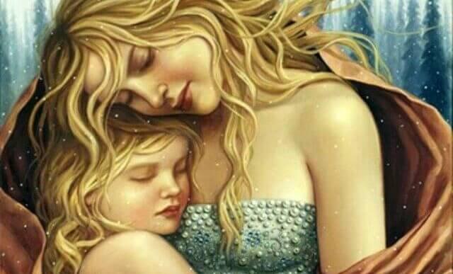 Mutter kuschelt sich an ihre Tochter