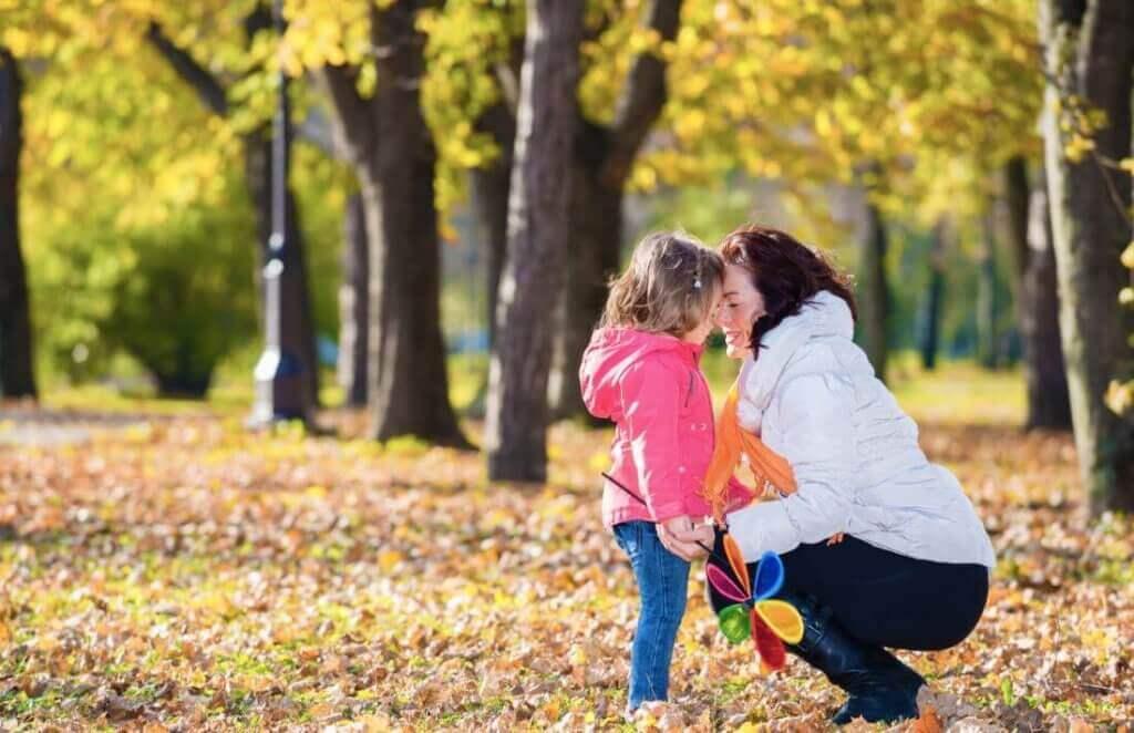 Mutter mit Tochter im Wald