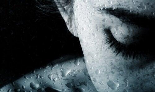 Nahaufnahme einer Frau mit Wassertropfen