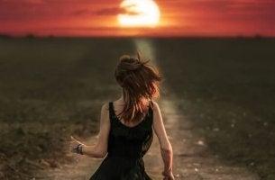Sich in den Falschen verlieben - Frau rennt in Richtung Sonnenuntergang