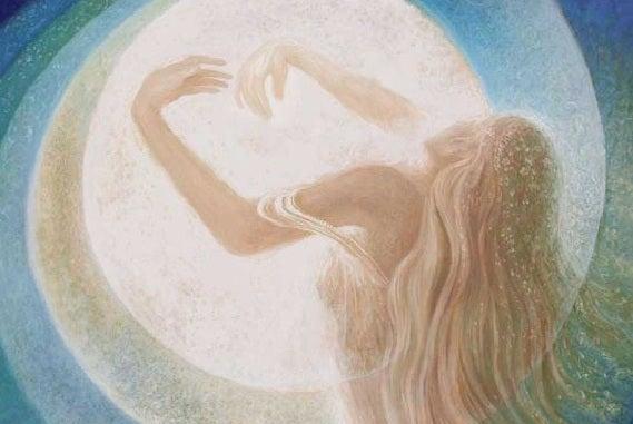 Spirituelle Frau vor dem Mond