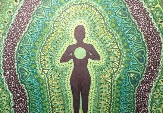 Ausgeglichener Mensch, von Mustern umgeben
