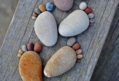 Aus Steinen gelegte Fußspuren