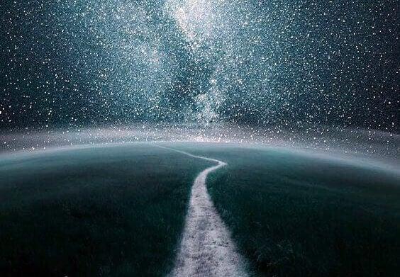 Weg unter Sternenhimmel