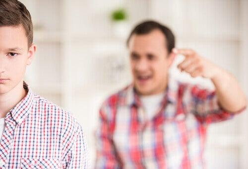 Toxischer Vater mit Sohn