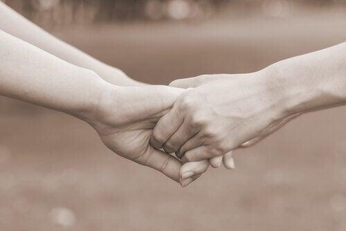 Liebespaar hält Hände