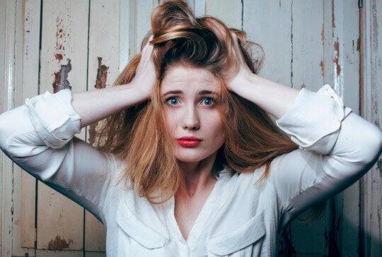 Verwirrte Frau rauft sich das Haar