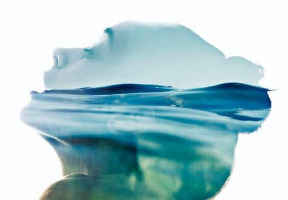 Kopf einer Frau im Wasser