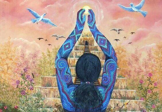Spirituelle Frau vor einer Pyramide