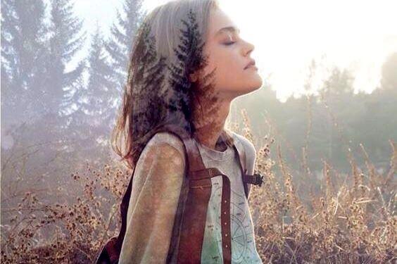 Frau genießt die Luft im Wald