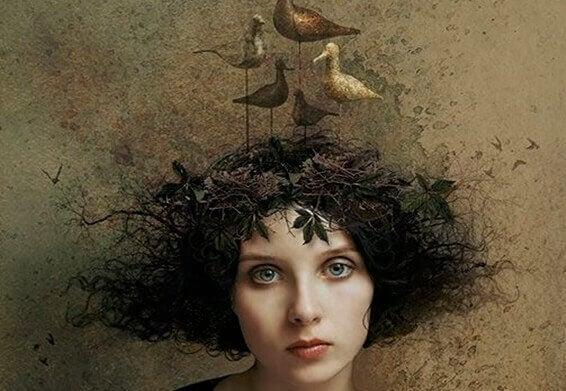 Frau mit Vogelnest auf dem Kopf