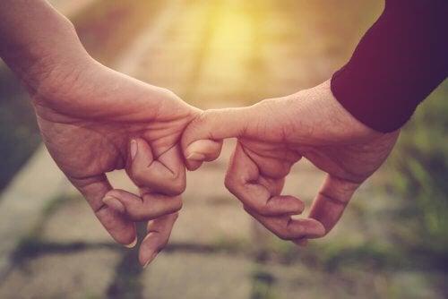 Hände, die sich am kleinen Finger halten