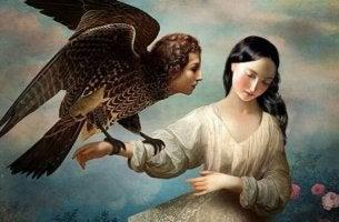 Eine Frau hält einen Adler