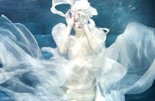 Eine Frau ist unter Wasser