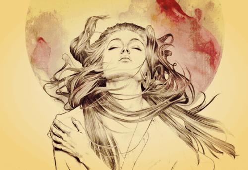 Eine Frau mit geschlossenen Augen richtet ihr Gesicht nach oben