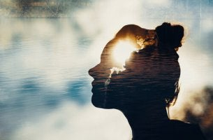 Eine intuitive Frau schaut in die Wolken