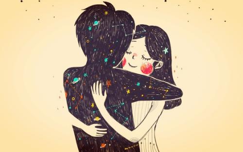 Ein Liebespaar umarmt sich vor dem Sonnensystem