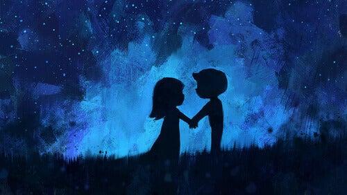Ein Paar steht vor dem Sternenhimmel