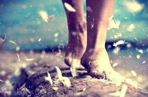Barfuß gehende Füße