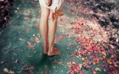 Frauenbeine im Herbst