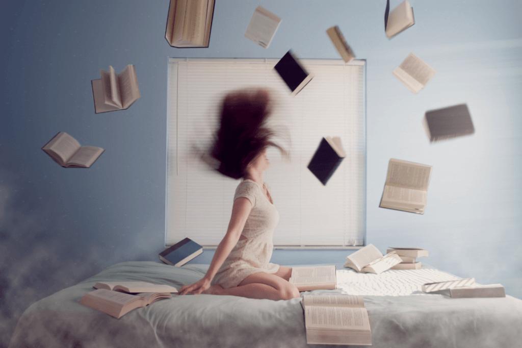 Frau im Bett mit Büchern