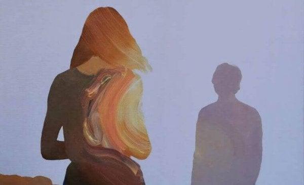Die verschwommene Frau auf dem Bild begegnet einem Mann.