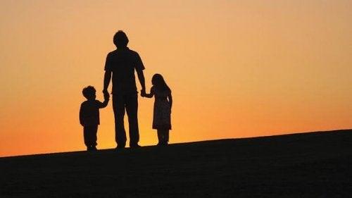 Vater, der seine Kinder an der Hand hält