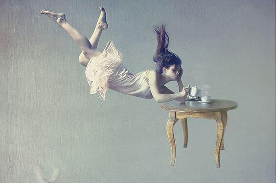 Frau am Kaffeetisch
